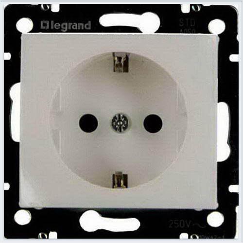Розетка 1-ая с/з с защитными шторками Белый Legrand Valena 774421
