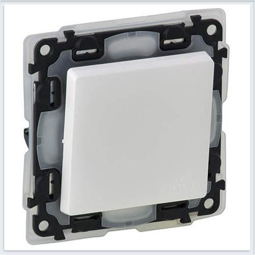 Выключатель кнопочный IP44 6А 250В с лицевой панелью безвинтовой зажим Белый Valena Life 752171